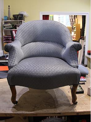 Réfection complète en mousse sur ressorts à Lille, fauteuil crapaud gris, tissu casadeco