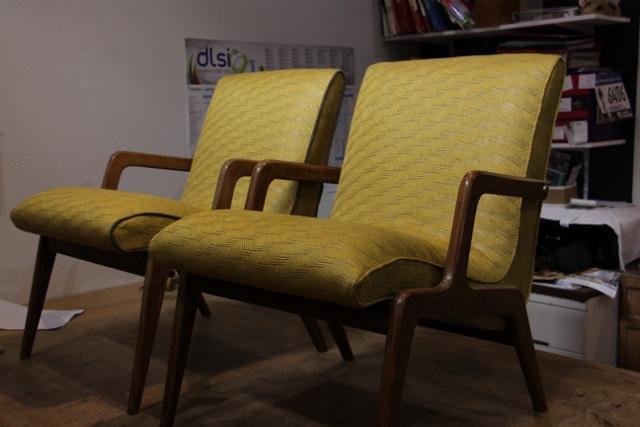 Restauration complète de 2 fauteuils contemporains, à Lille. Tissu Casamance gris et jaune