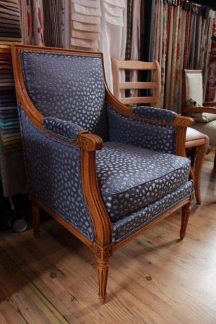 Réfection d'une bergère de style louis XVI à Lille Tissus Jane Churchill double passepoil dans le tissu