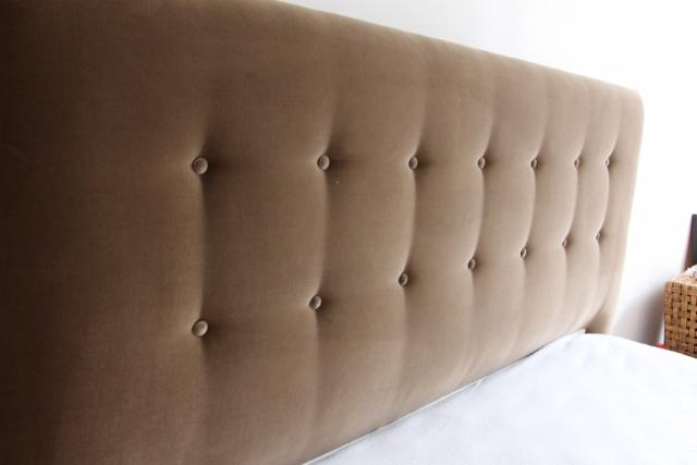 Création d'une tête de lit sur mesure à Lille panneau de bois et mousse velours Nobilis